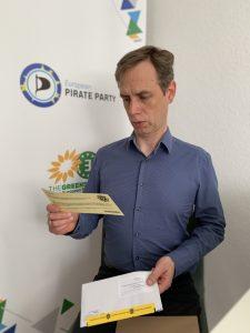 Patrick Breyer, MdEP von der Piratenpartei, beim Lesen seines Exemplars.